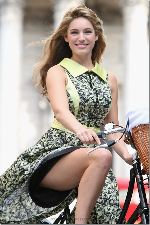 17537_Kelly_Brook-Photocall_to_launch_the_Mayor_of_Londons_Skyride_122_370lo