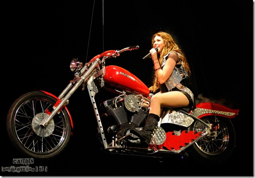 42882_Miley_Cyrus_performs_during_her_Wonder_World_tour_at_Staples_Center_in_Los_Angeles-5_122_120lo