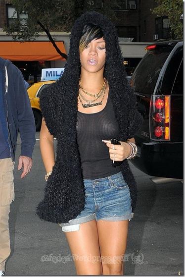 rihanna-nipple-ring-34196PCN_Rihanna01