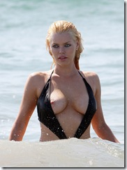 sophie_monk_black_swimsuit_on_the_beach_1