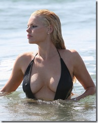 sophie_monk_black_swimsuit_on_the_beach_2