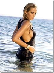 Attitude sexy de la top modèle tchèque Petra NEMCOVA en maillot de bain noir dévoilant un sein, posant dans les eaux paisibles des Cyclades, sur les rivages de l'île de MYKONOS.