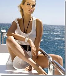 Attitude sexy de la top modèle tchèque Petra NEMCOVA, nouvelle égérie de la marque de luxe de Grisogono, assise sur le pont d'un bateau, découvrant la mer Egée au large de Mykonos. (stylisme : Allegra Winkworth, maquillage : Stéphane Pracht)