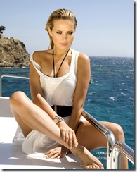 Attitude sexy de la top modèle tchèque Petra NEMCOVA, nouvelle égérie de la marque de luxe de Grisogono, assise sur le pont d'un bateau, découvrant la mer Egée au large de Mykonos.