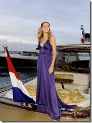 """Festival de Cannes 2008 : la top model tchèque Petra NEMCOVA souriante, posant dans une robe longue décolletée violette debout à l'arrière d'un hors-bord. Elle est venue au festival pour présenter le court-métrage """"Love Evolution"""" dont elle est l'héroïne."""