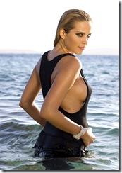 Attitude sexy de la top modèle tchèque Petra NEMCOVA portant un haut noir moulant dévoilant un sein, posant dans les eaux paisibles des Cyclades, sur les rivages de l'île de MYKONOS. (stylisme : Allegra Winkworth, maquillage : Stéphane Pracht)