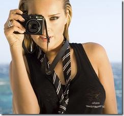 Plan de face souriant de la top modèle tchèque Petra NEMCOVA, nouvelle égérie de la marque de luxe de Grisogono, visant dans l'objectif d'un appareil photo, les cheveux mouillés coiffés en arrière, portant un haut sans manche et une cravate défaite, sur le pont d'un bateau, découvrant la mer Egée au large de Mykonos.