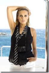 Plan de face sexy de la top modèle tchèque Petra NEMCOVA, nouvelle égérie de la marque de luxe de Grisogono, les cheveux mouillés coiffés en arrière, portant un haut sans manche et une cravate défaite, un appareil photo autour du cou, sur le pont d'un bateau, découvrant la mer Egée au large de Mykonos.