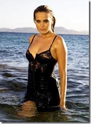 Plan de face sexy de la top modèle tchèque Petra NEMCOVA en déshabillé mouillé lui collant à la peau, posant dans les eaux paisibles des Cyclades, sur les rivages de l'île de MYKONOS.
